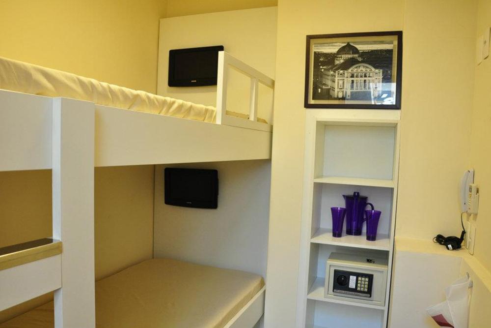 Os apartamentos duplos, com beliche, tem banheiro compartilhado.