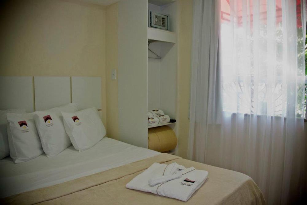As surtes, com camas de casal e banheiro interno.