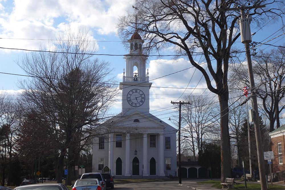 A igreja branca com campanário