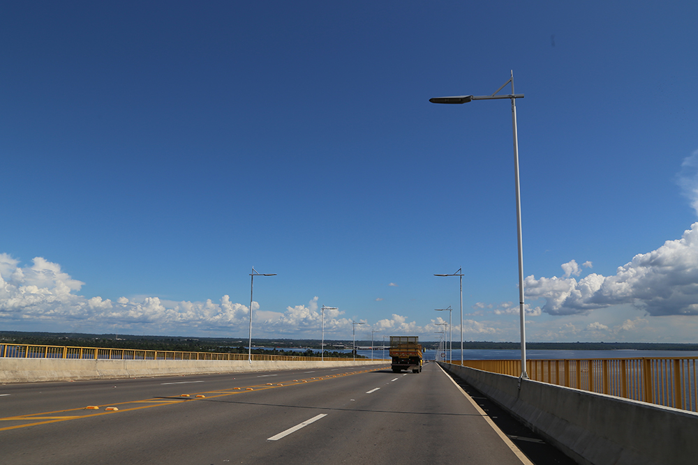 O Rio Negro aparece no fim da ponte.