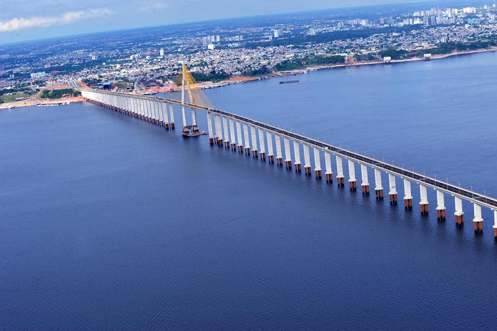 A maior ponte fluvial do Brasil liga Manaus ao município de Iranduba, cruzando o Rio Negro. Foto: Chico Batata/Agecom.