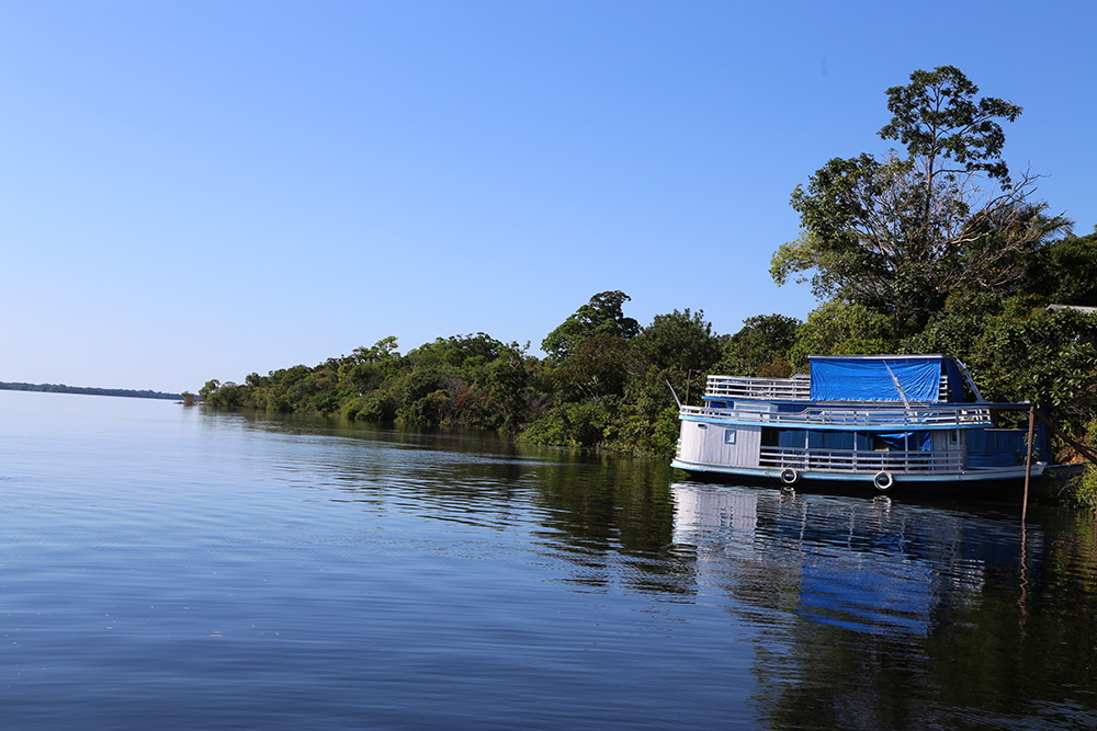 Barco 'estacionado' na margem do rio.