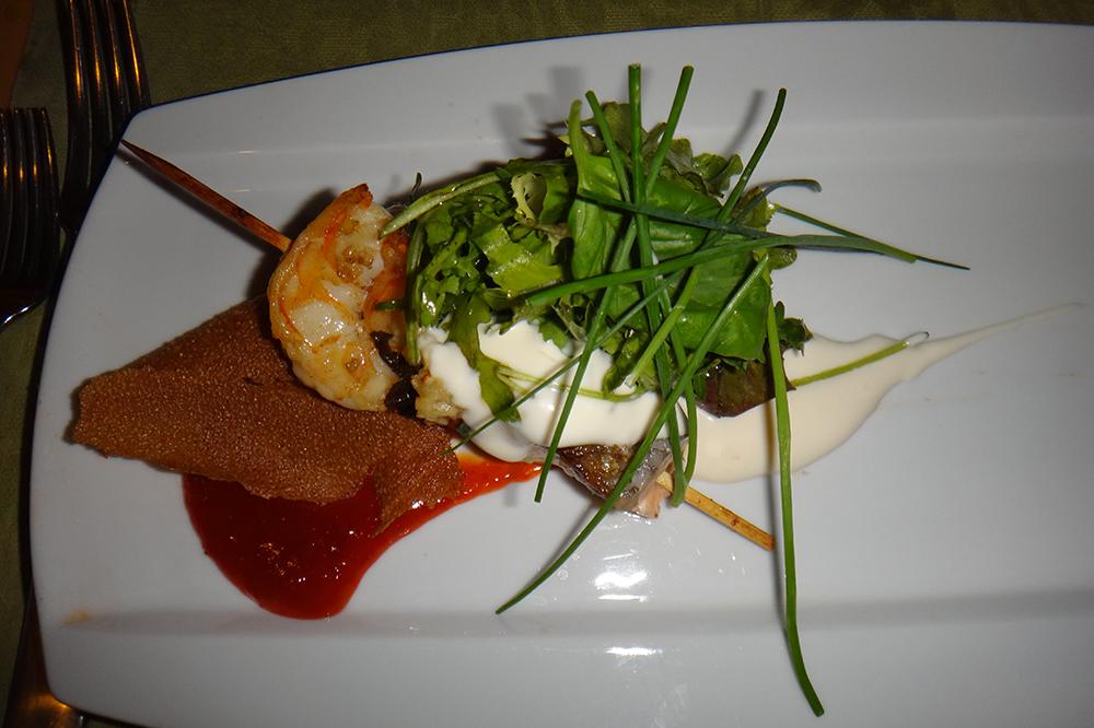Espetada de salmão e camarão com maionese wasabi