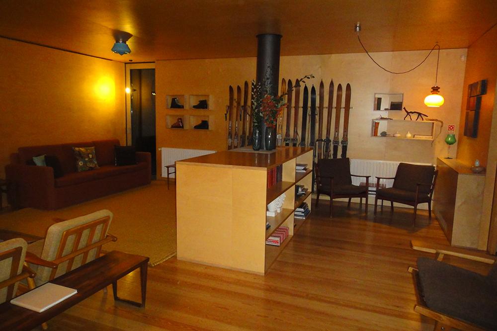 A madeira domina todos os ambientes do hotel.