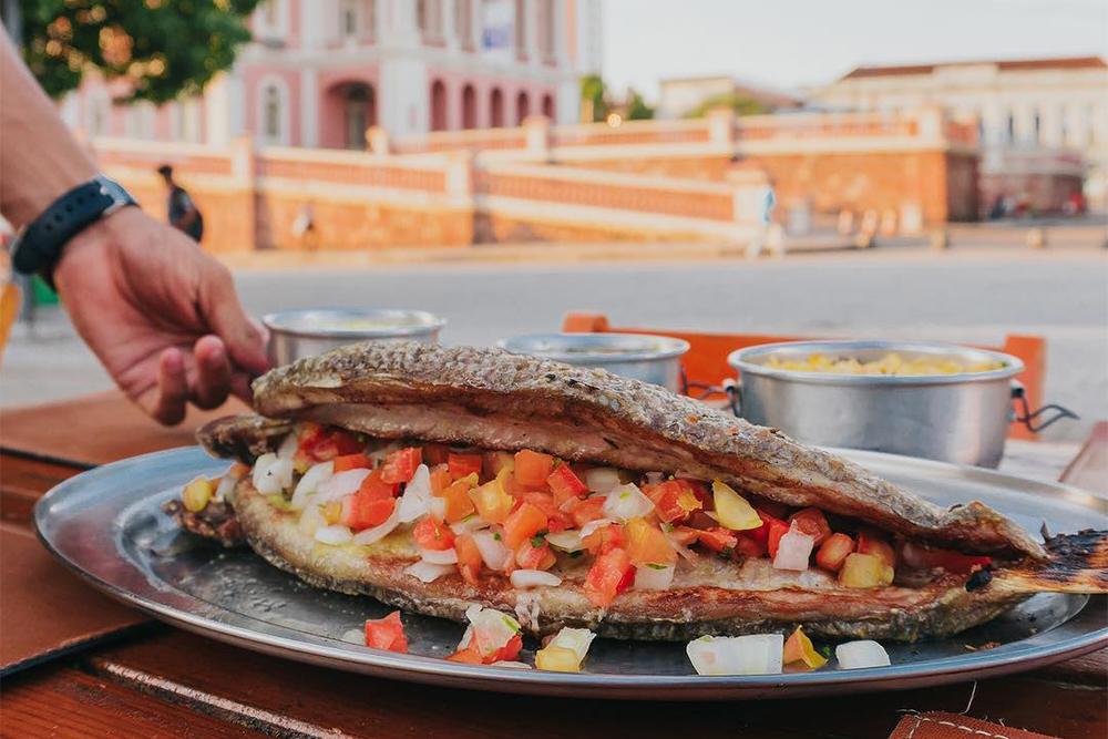 Matrinchã assado e recheado, peixe do Amazonas