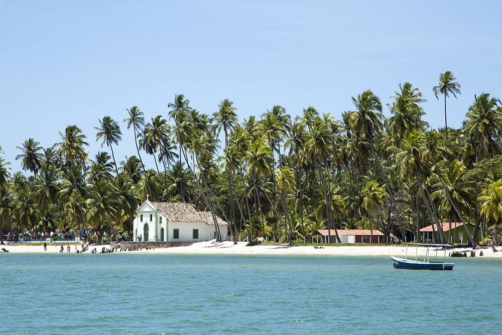 Praia da Carneiros e a Igreja de São Benedito